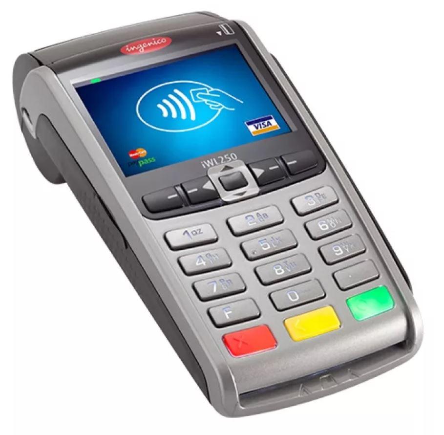 POS-терминал: что это, как работает и где используется Мир все больше насыщается информационной составляющей и появляются различные новинки в сфере гаджетов. Нас плотно окружили смартфоны, компьютеры, планшеты и так далее. Одним из таких современных устройств является POS-терминал. Для чего нужно и как работает это устройство, рассмотрим ниже. Рис. 26-01  Что это? С помощью pos-терминала выполняются платежи банковскими картами. Другими словами это устройство предназначено для безналичных платежей. Оно часто устанавливается в розничных магазинах, ресторанах, кафе и других предприятиях сферы услуг. Современные модели могут работать с самыми разными видами банковских карт. Оплату можно производить при установке карточки в терминал или беспроводным способом, просто прикладывая карту. И, кроме того, оплату можно делать с помощью приложения, установленного на смартфоне. Вот тут (https://mirbeznala.ru/collection/statsionarnye/) можно купить стационарные POS-терминалы различных производителей.  Где используется? Среди основных возможностей POS-терминалов можно назвать следующие. •Безналичный вариант оплаты услуг и товаров. •Создание отчетов. •Если клиенту требуется, то можно распечатать чековый лист. •Есть возможность возврата денежных средств, если оплата производилась банковской картой. •Имеется возможность предварительной проверки денег на счёте карточки. •Накопление и обработка данных по тем операциям, которые были выполнены с помощью терминала.  В чём преимущества? Большинство крупных компаний, особенно в сфере ритейла, обязательно оснащают свои предприятия POS терминалами. Это неслучайно, поскольку подобные устройства имеют ряд преимуществ, перечисленных ниже. •Безналичный расчёт. Благодаря этому не требуется хранить в кассовых аппаратах крупные суммы наличных денег. •Упрощается процесс инвентаризации, поскольку в системе есть вся информация о товарах, которые были проданы и, находящихся на складе. •Повышается безопасность и уменьшается число ошибок при работе с клиен