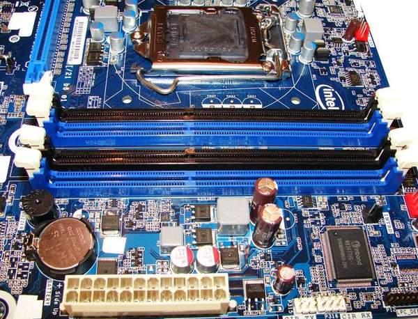 Слоты памяти на материнской плате Intel DH67BL