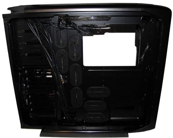 Шасси корпуса 600T имеет множество отверстий для подвода кабелей к материнской плате