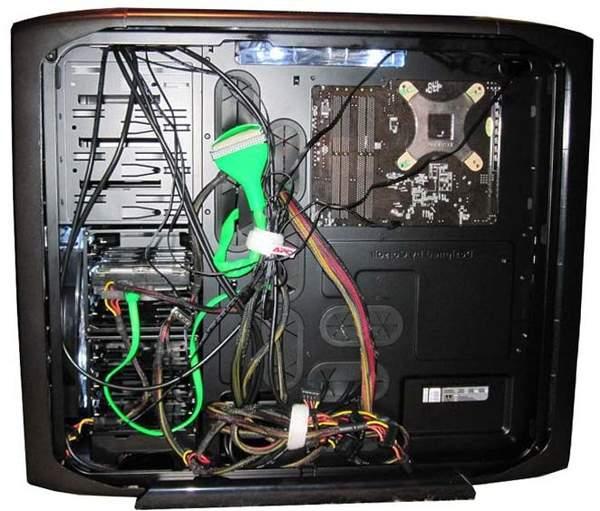 Лишние кабеля собраны за шасси