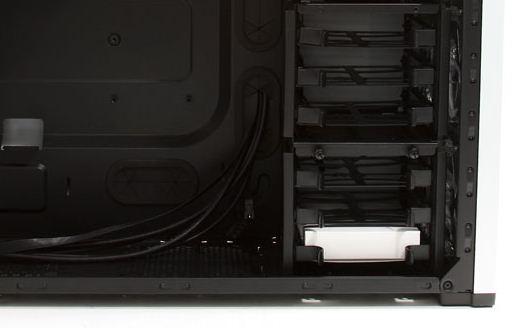Благодаря съемным корзинам в Carbide 500R уместятся полноразмерные видеокарты