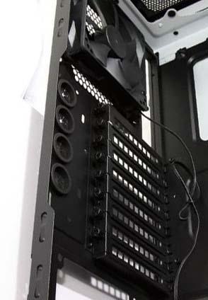 Места для установки слотов расширения в корпусе Carbide 500R