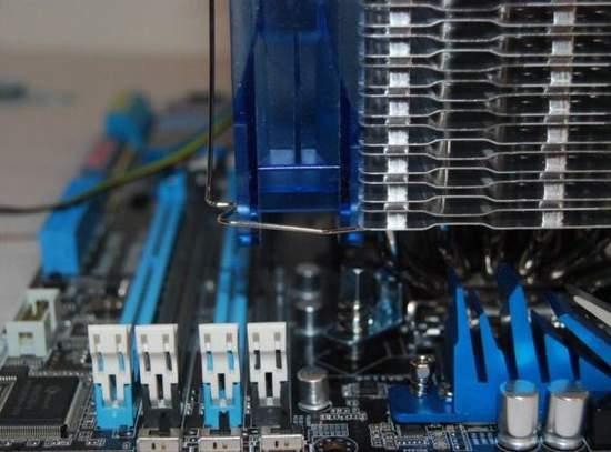 Вентилятор Alaska блокирует ближний к сокету слот памяти