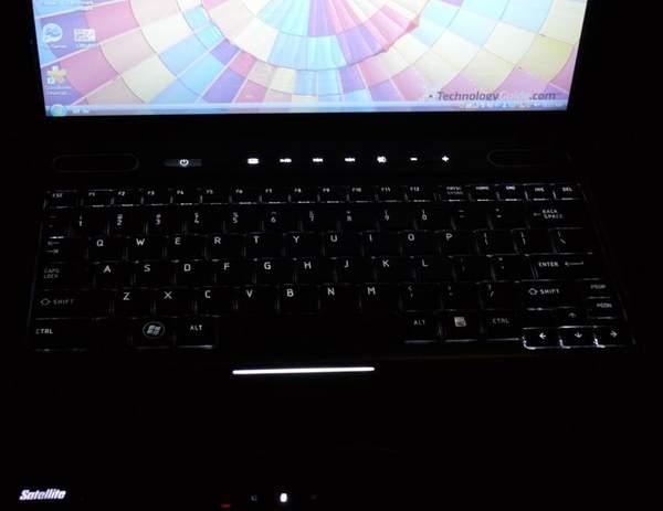 Клавиатура Toshiba Satellite U505 имеет отличную подсветку