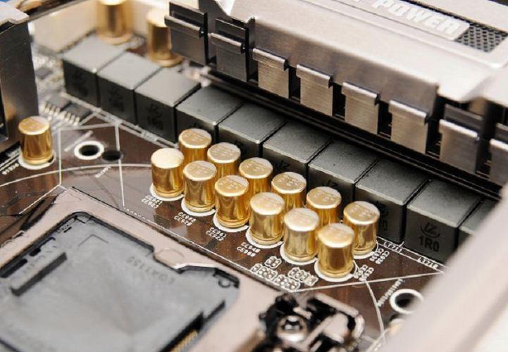На материнской плате ASRock P67 Extreme6 установлены японские конденсаторы с золотым напылением