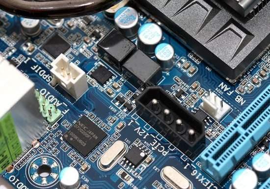 Для подачи дополнительного питания на видеокарты на материнской плате GA-X58A-UD9 установлен разъем molex