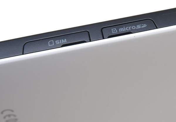 На боковой стороне Samsung Galaxy Tab находятся слоты для SIM карт и microSD