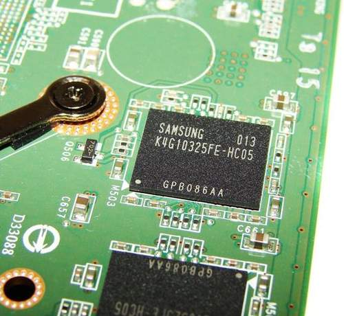 На видеокарте установлены чипы памяти GDDR5 производства Samsung