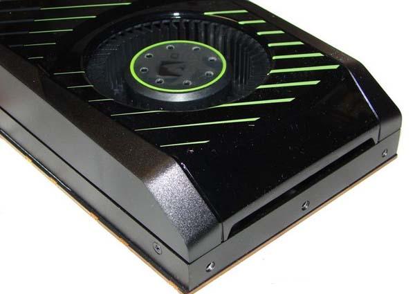 В задней части кожуха GTX 570 имеется щель для подсоса воздуха