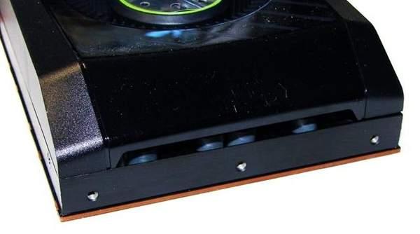 В задней части кожуха NVIDIA GTX 580 есть отверстия для подсоса холодного воздуха