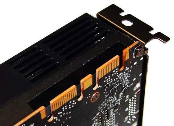 Наверху в кожухе GTX 580 сделан дополнительный гриль для вывода нагретого воздуха